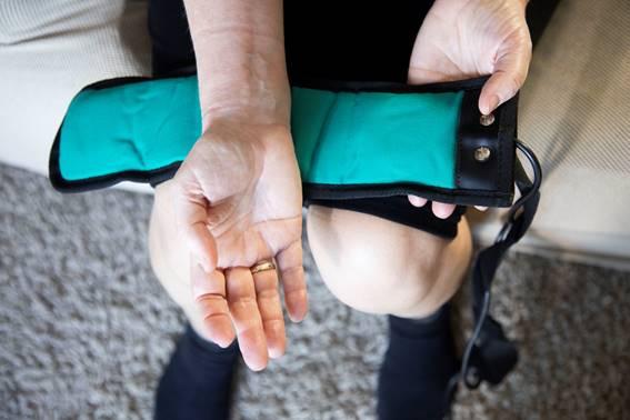 Aplicación de la magnetoterapia en  la zona de la muñeca