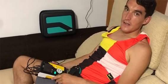 El atleta olímpico, Daniel Mateo Ángulo, en una sesión de magnetoterapia domiciliaria.